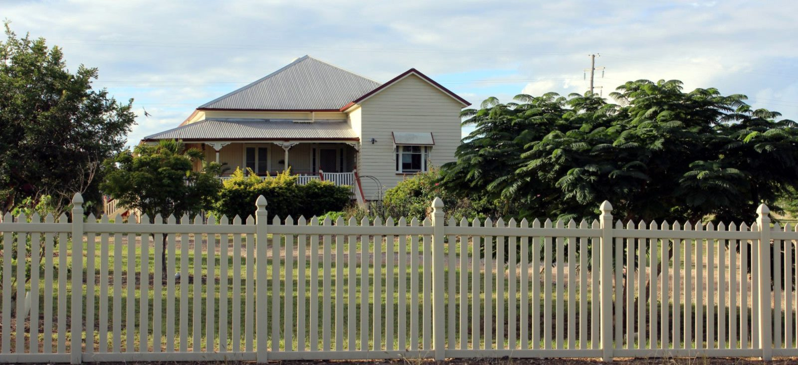 Colonial Picket Fence in Sandstone with Gothic Caps