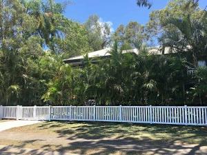 1.0m high Windsor Picket Fence
